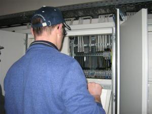 Gerald Spatz beim Prüfen einer Elektroanlage